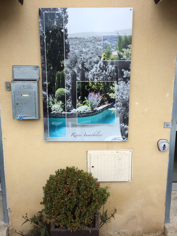 webbycom fabrique la signalétique pour les professionnels de l'immobilier : enseigne, découpe de lettre adhésive, décoration de vitrine, décoration intérieure, …
