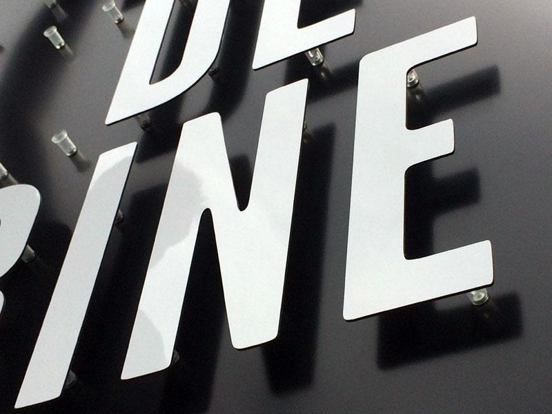 webbycom propose de la signalétique pour les commerçants. Panneaux dibond, plaque plexi, akilux, enseigne, lettres découpées, adhésifs, stickers.