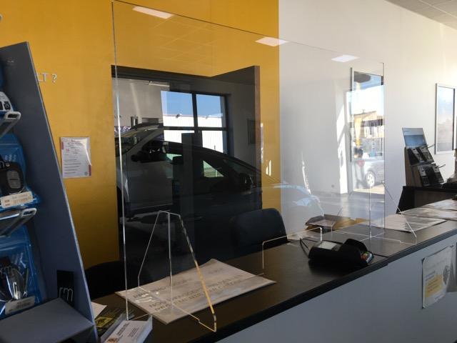 les protections en plexiglass pour bureaux, comptoirs et banque d'accueil réalisés par webbycom